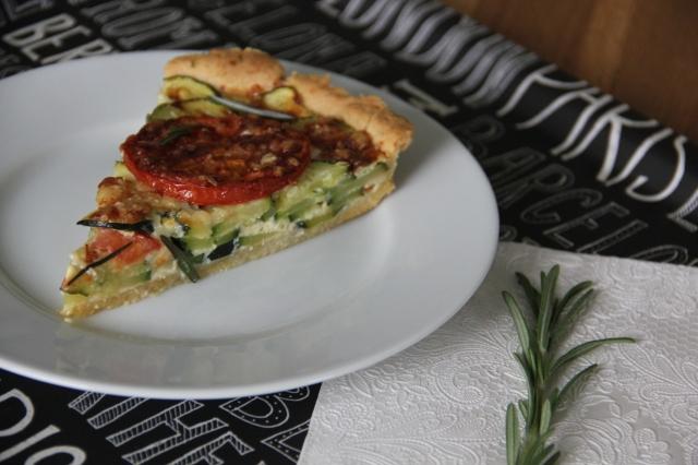 Zucchini-Quiche mit Tomate